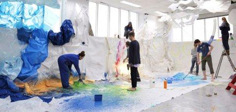 Mange elever som jobber med en fargerik kunstinstallasjon