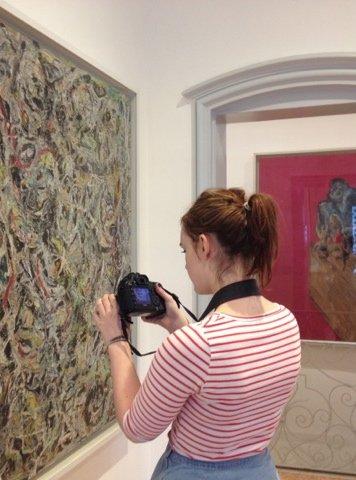 Student ved Kulturakademiet foran et maleri av Jackson Pollock i Guggenheim-museet i Venezia