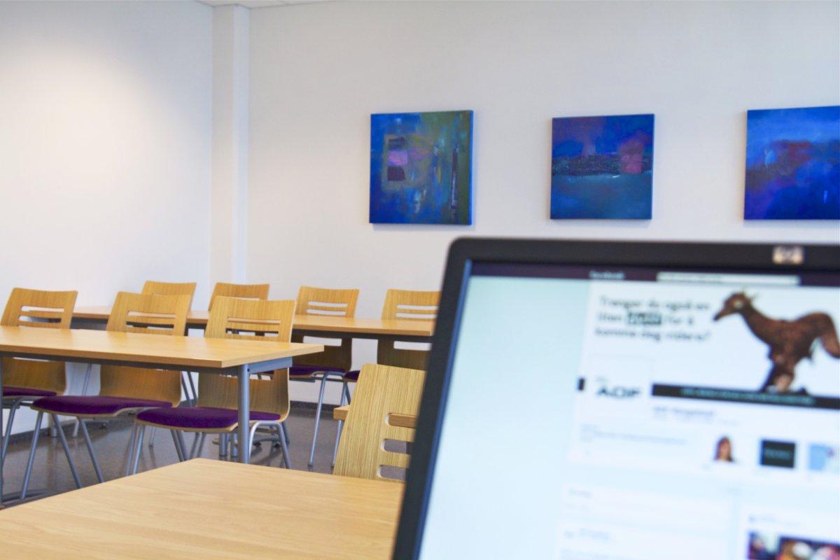 En pc i et klasserom