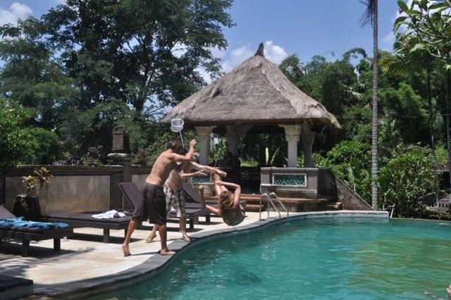 Studenter ved Kulturakademiet på Bali bruker svømmebassenget i villaen