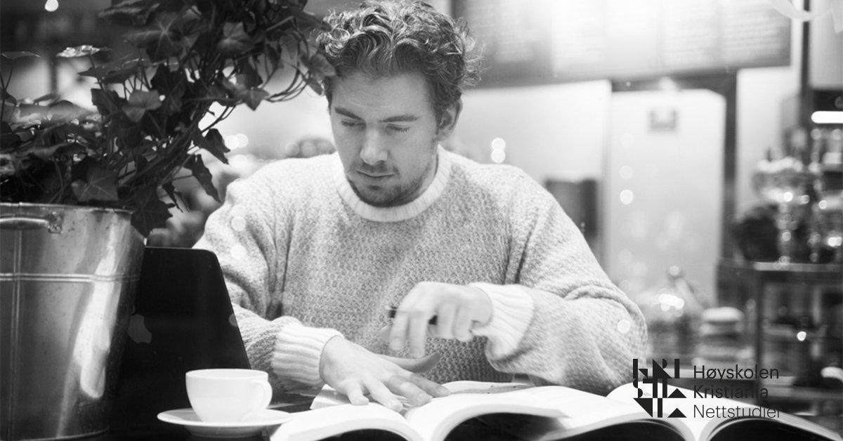 En mann leser i ei bok.