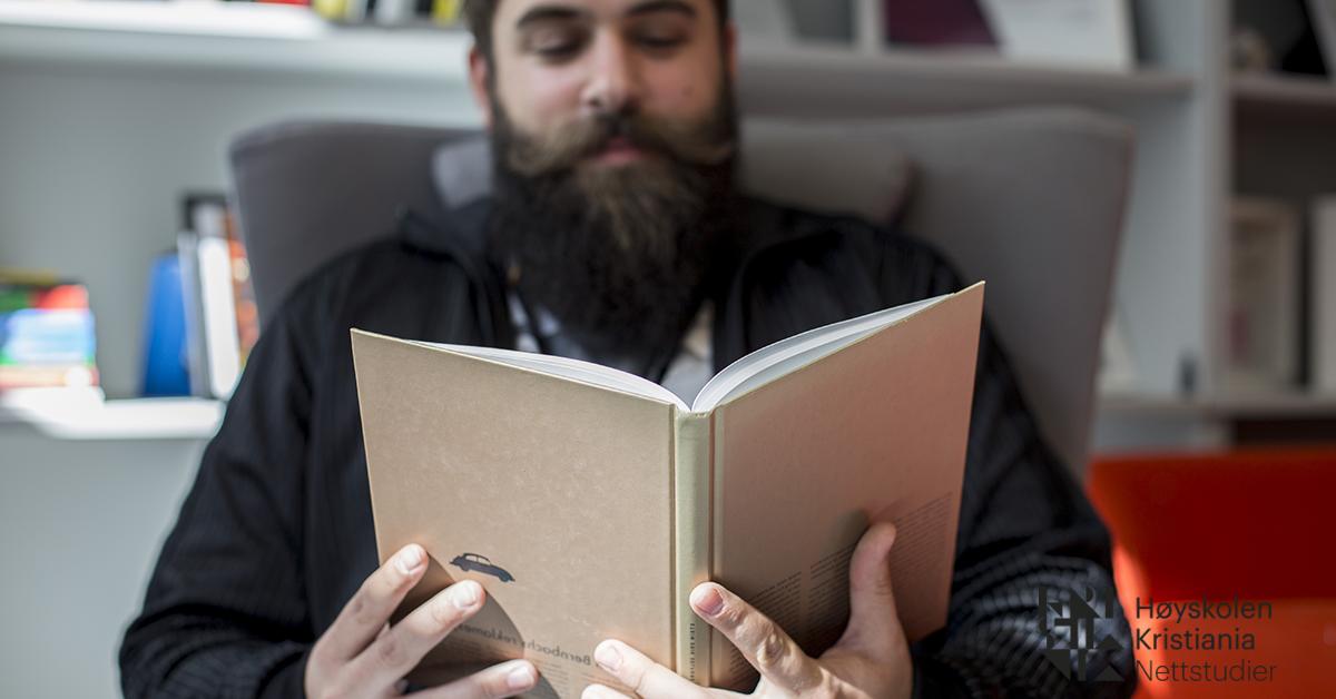 Mann leser bok.