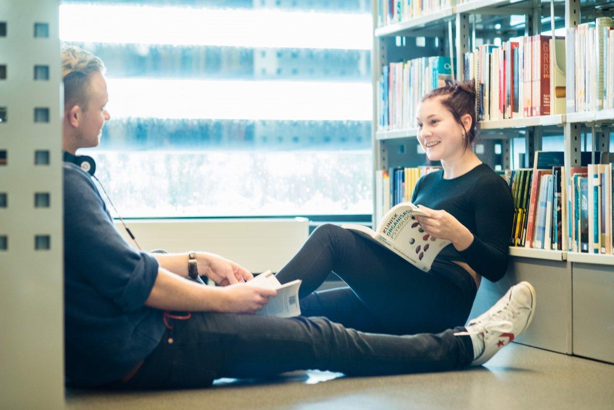 Biblioteket byr på en avslappet atmosfære ved VID vitenskapelige høgskole